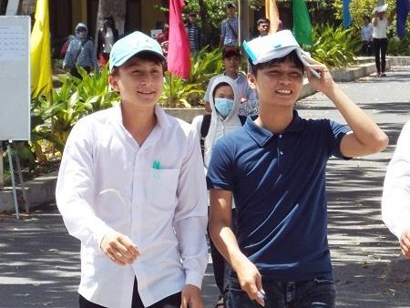 Thí sinh dự thi THPT quốc gia tại điểm thi ĐH Nha Trang (Ảnh: Viết Hảo