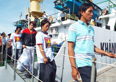Thuyền trưởng Đỗ Văn Thu (áo xanh)cùng các bạn thuyền về cảng Cam Ranh trưa 15/7.