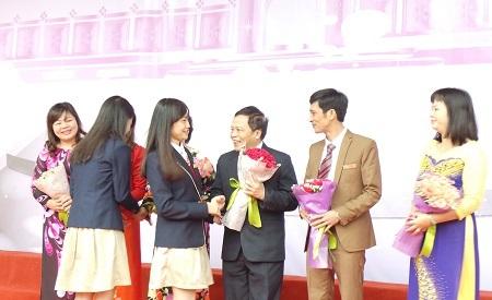 Học sinh nhà trường lên tặng hoa và chúc mừng thầy cô.
