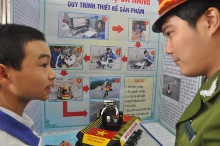 Đề tài của Nguyễn Văn Hóa được nhiều người đến tham quan và đánh giá cao về mặt ý tưởng.