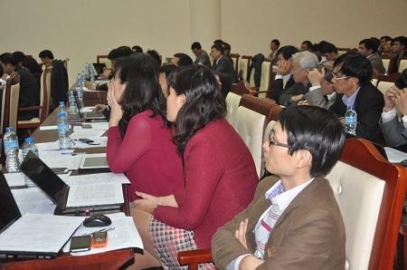 Hội đồng giám khảo chăm chú lắng nghe phần thuyết trình của thí sinh