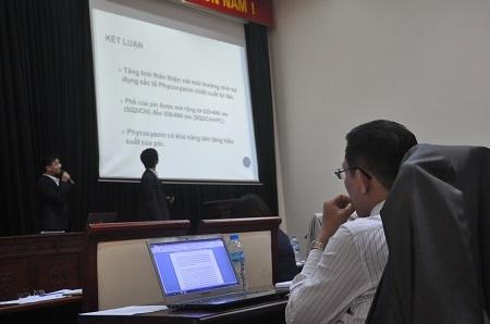 Sau khi lắng nghe thuyết trình, các giám khảo liên quan đến lĩnh vực thí sinh trình