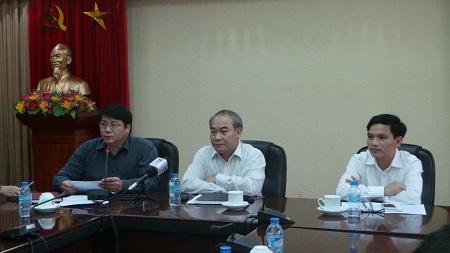 Ông Đoàn Văn Ninh (áo tối màu) trao đổi với báo chí về các hoạt động thực