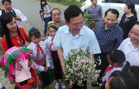Bó hoa giản dị của học sinh vùng cao tặngBộ trưởng Phạm Vũ Luận.