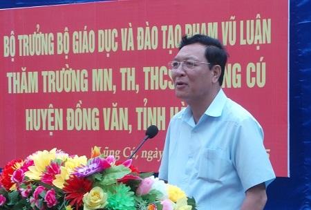 Bộ trưởng Phạm Vụ Luận chia sẻ với thầy cô giáo ở xã Lũng Cú.