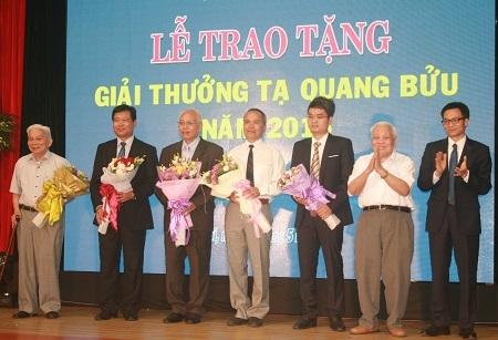 Phó Thủ tướng Vũ Đức Đam cùng với GS Hoàng Tụy, GS.VS Nguyễn Văn Hiệu tặng