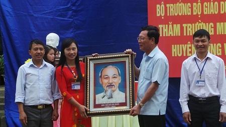 Bộ trưởng Phạm Vũ Luận tặng quà cho các trường học ở xã Lũng Cú (huyện Đồng Văn, Hà Giang).