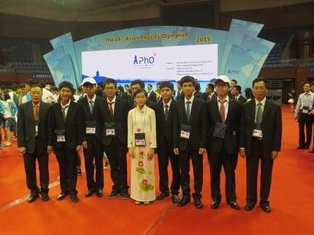 8 học sinh Việt Nam và các thành viên trong đoàn tham