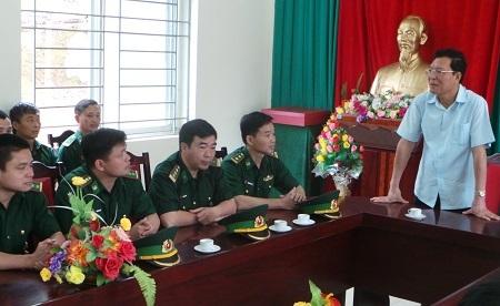 Bộ trưởng Phạm Vũ Luận chia sẻ với cán bộ, chiến sĩ đồn biên phòng Lũng Cú.