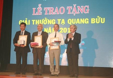 Bộ trưởng Nguyễn Quân trao thưởng cho 03 tác giả của công trình khoa học