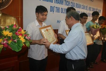 Thứ trưởng Nguyễn Vinh Hiển tặng bằng khen của Bộ trưởngđến các