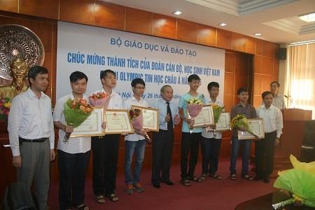 Ngoài bằng khen, các học sinh đoạt giải còn được nhận phần thưởng tương xứng.