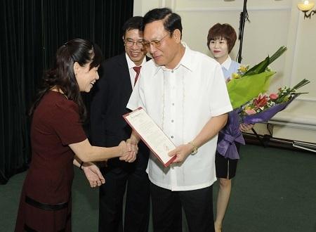 Bộ trưởng Phạm Vũ Luận trao quyết định cho B