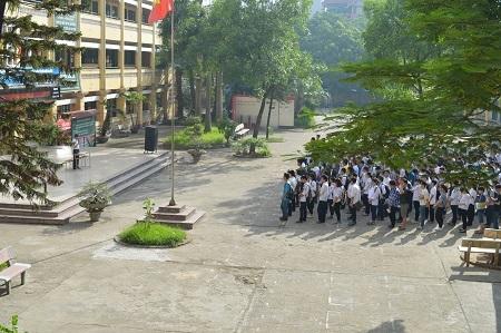 Đúng 7h30 sáng nay, tại điểm thi trường THPT Nhân Chính, công tác
