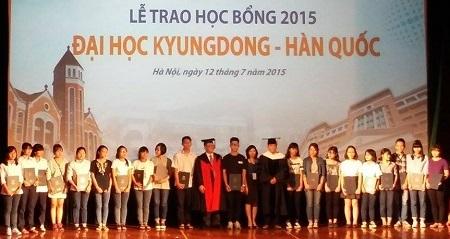 Gần 350 học sinh Hà Nội nhận học bổng của
