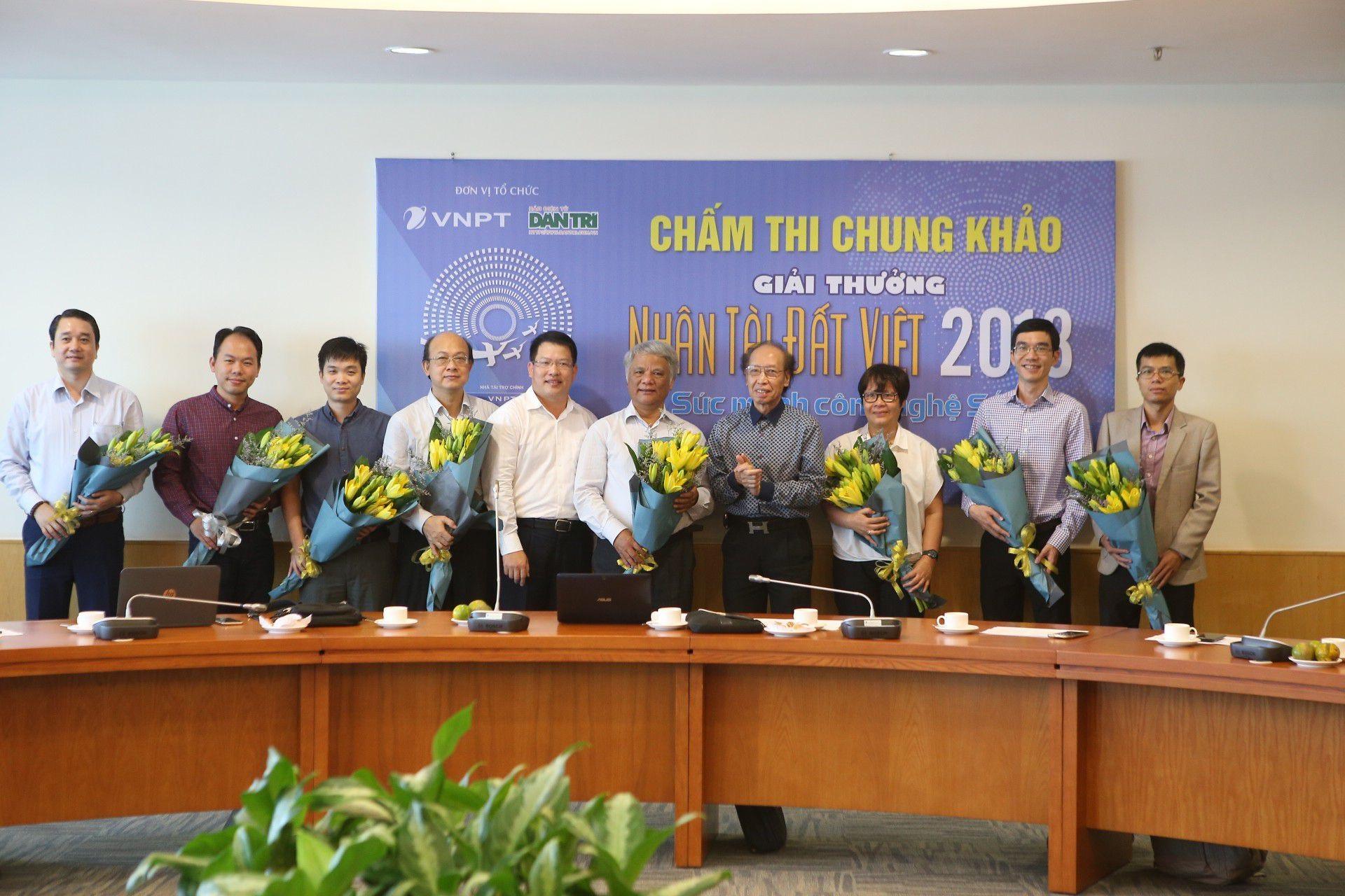 Đại diện BTC tặng hoa các thầy cô giáo trong hội đồng giám khảo của Giải thưởng NTĐV 2018 mừng ngày Nhà giáo Việt Nam 20/11.