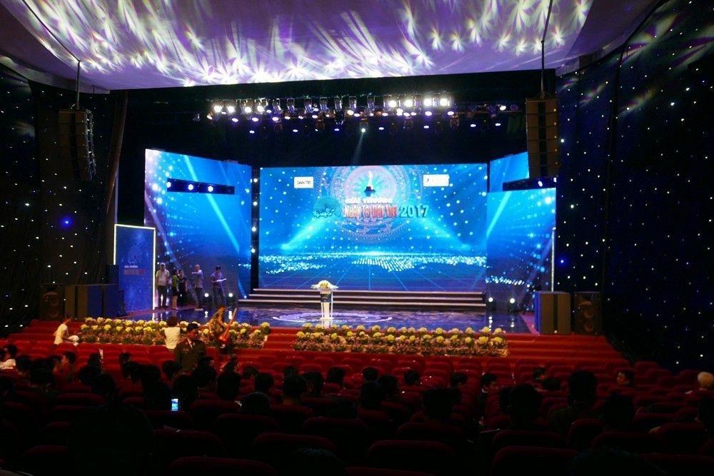 Sân khấu đã sẵn sàng trước giờ G. (Ảnh: Quý Đoàn)