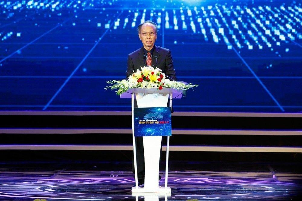 Nhà báo Phạm Huy Hoàn, Trưởng Ban tổ chức Giải thưởng Nhân tài Đất Việt phát biểu khai mạc lễ trao giải.