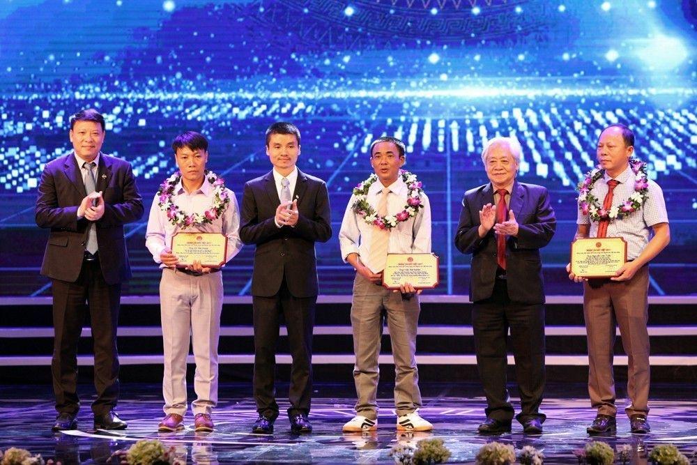 Thủ tướng Nguyễn Xuân Phúc trao giải Nhất Nhân tài Đất Việt 2017 - 12