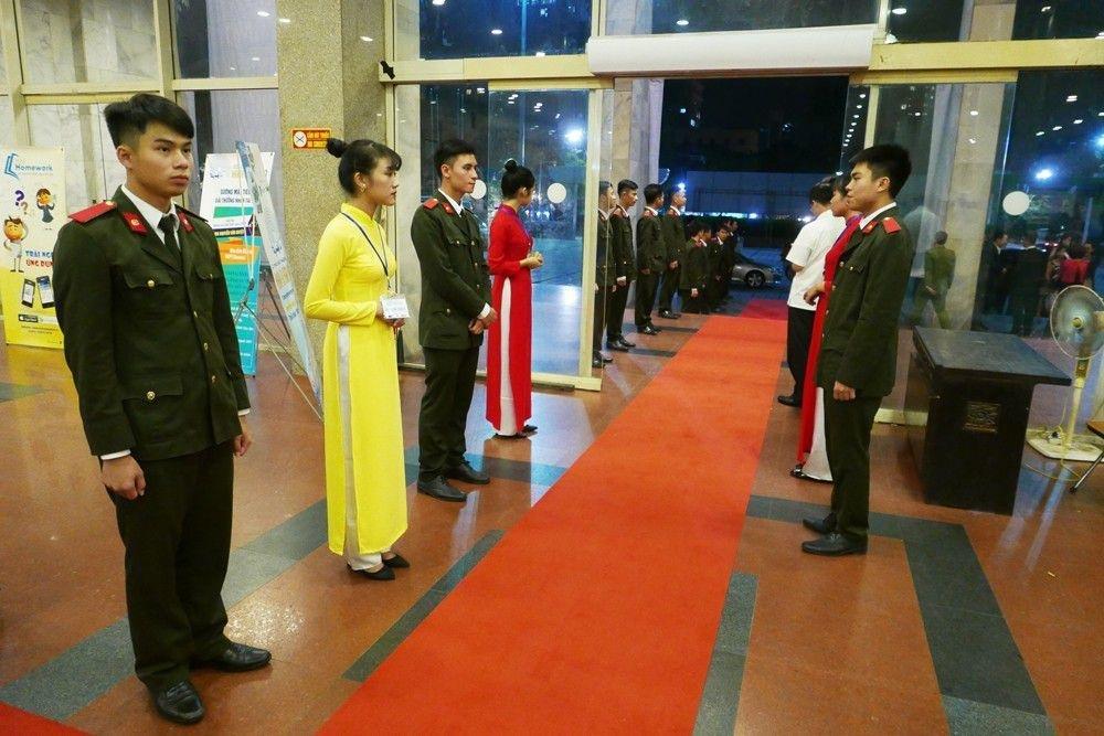 Đội lễ tân sẵn sàng đón khách (Ảnh: Quý Đoàn)