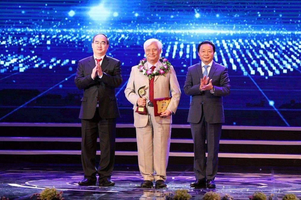 Ông Nguyễn Thiện Nhân - ủy viên Bộ Chính trị, Bí thư Thành ủy TPHCM; ông Trần Hồng Hà - Ủy viên Trung ương Đảng, Bộ trưởng Bộ Tài nguyên & Môi trường trao giải thưởng Môi trường.