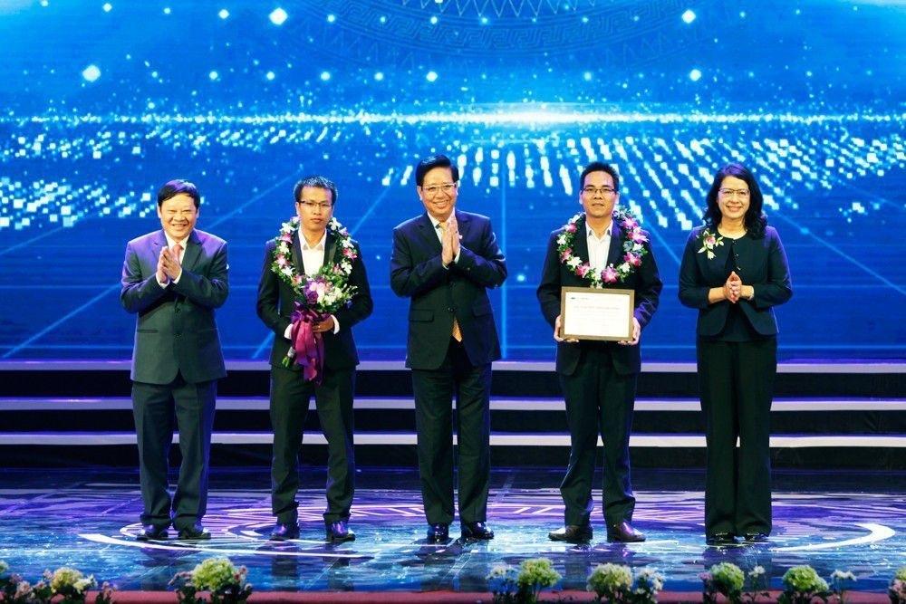 Thủ tướng Nguyễn Xuân Phúc trao giải Nhất Nhân tài Đất Việt 2017 - 5