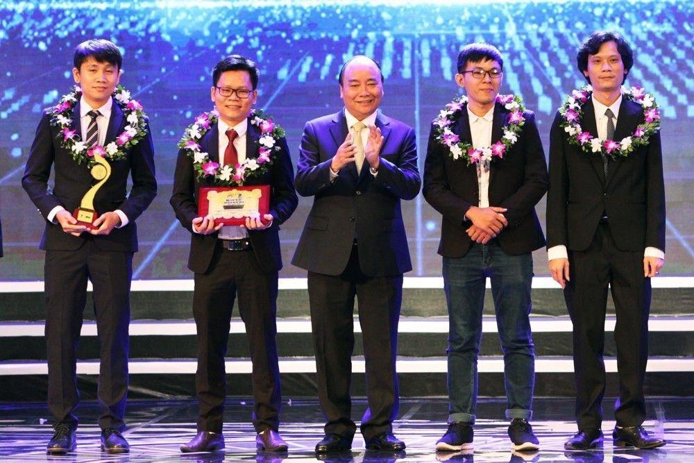 Thủ tướng Nguyễn Xuân Phúc trao giải Nhất Nhân tài Đất Việt 2017 - 1