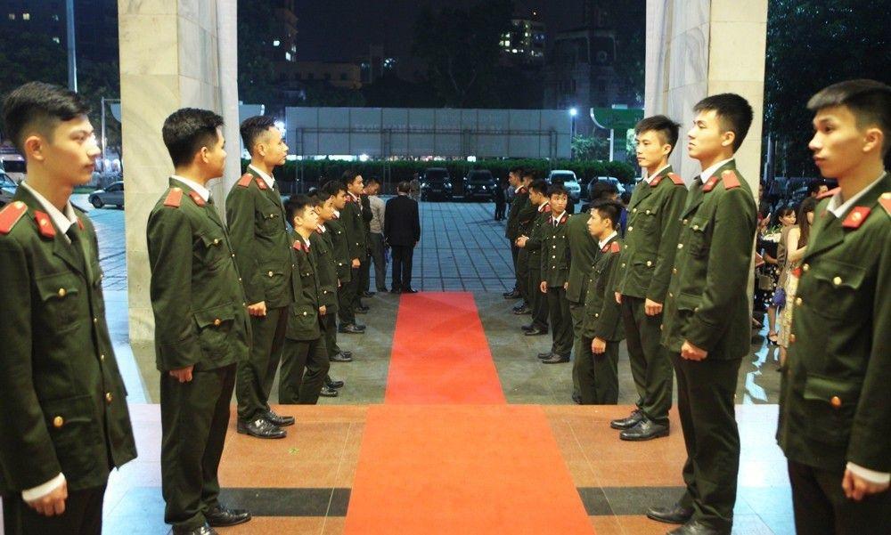 Các sinh viên Học viện An ninh tiếp đón các đoàn đại biểu (Ảnh: Hữu Nghị)