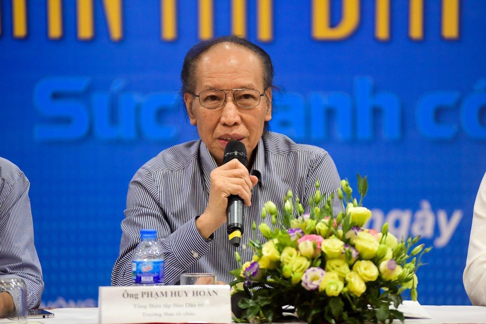 Nhà báo Phạm Huy Hoàn trả lời câu hỏi của phóng viên về lĩnh vực Giáo dục trong giải thưởng NTĐV.