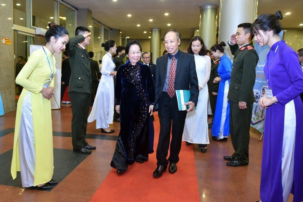 Nguyên Phó Chủ tịch nước, Chủ tịch Hội Khuyến học Việt Nam Nguyễn Thị Doan tới với đêm trao giải. (Ảnh: Toàn Vũ)