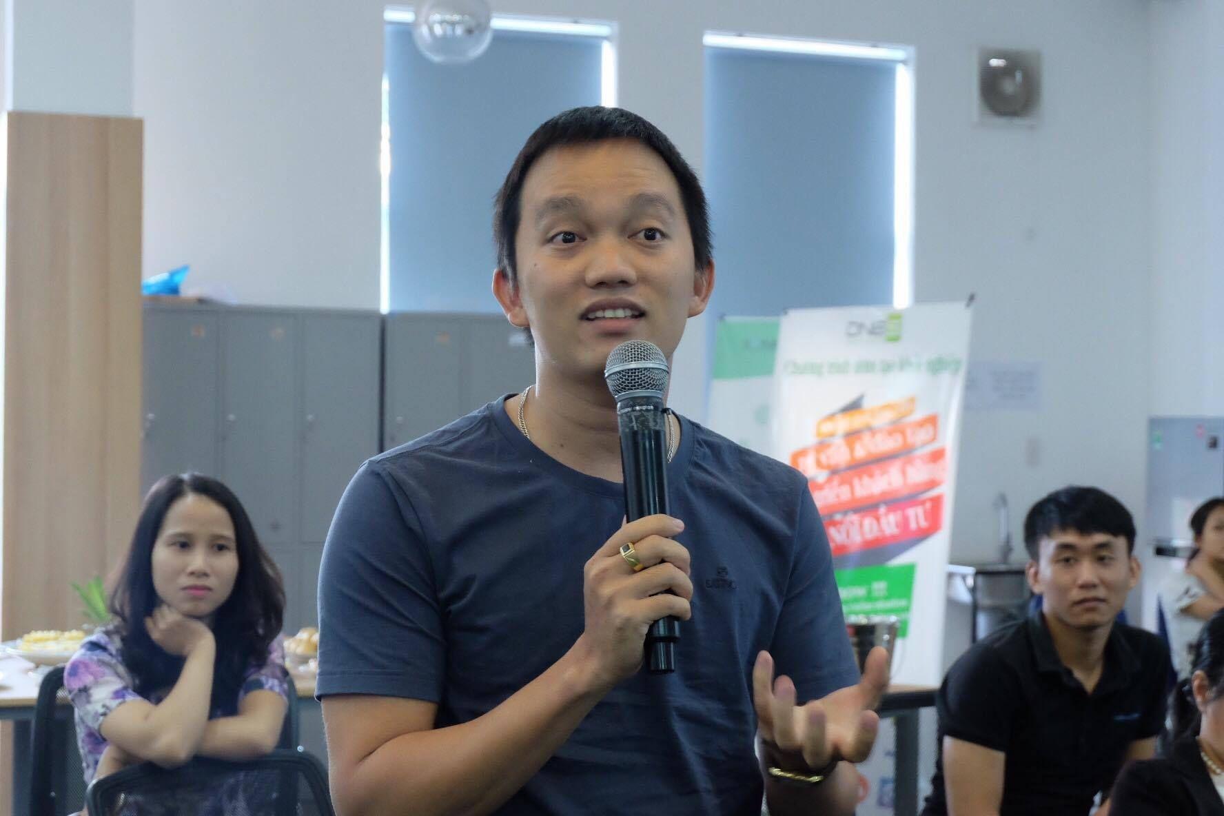 Nhiều startup trẻ tranh luận với các diễn giả.