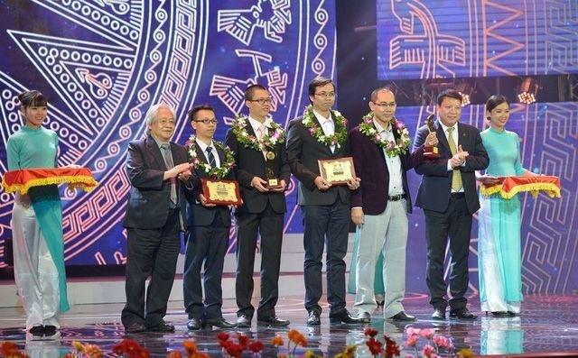 Anh Đỗ Trần Anh (người cầm cúp Nhân tài Đất Việt, đứng thứ 3 từ phải sang) cùng đồng nghiệp và nhóm tác giả đồng giải Ba được vinh danh.