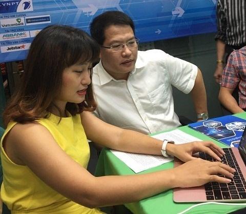 Ông Nguyễn Văn Tấn đang trả lời giao lưu trực tuyến