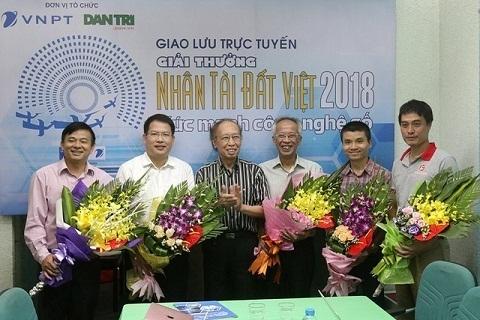 Tổng Biên tập báo Dân trí Phạm Huy Hoàn tặng hoa các vị khách mời trong buổi giao lưu. Ảnh: Dân trí