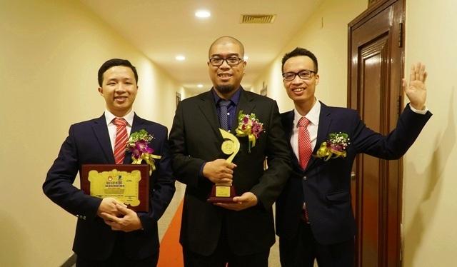 Nhóm tác giả MagicBook không giấu được niềm vui khị cầm trong tay chiếc cup của Giải thưởng Nhân tài Đất Việt 2018