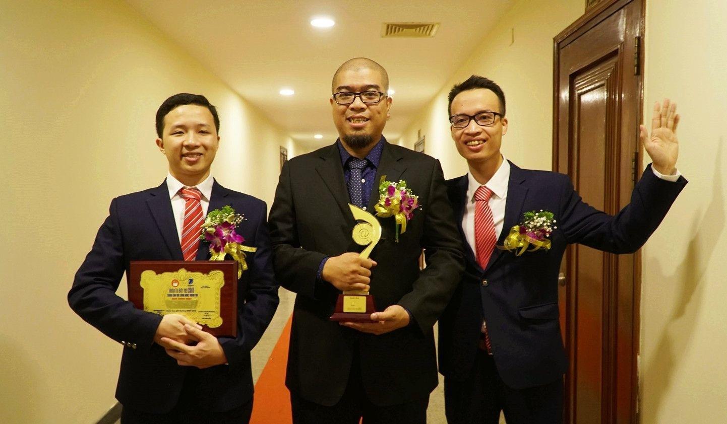 Ba thành viên của nhóm hân hoan khi nhận được cúp giải Ba Nhân tài đất Việt 2018.