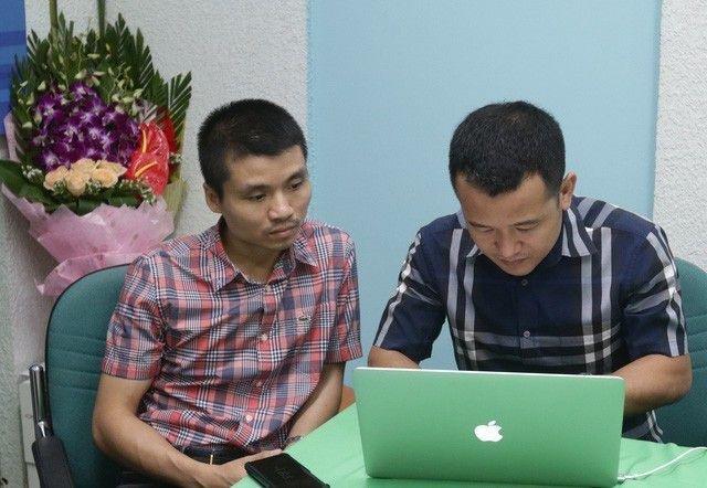Ông Phạm Tuấn Anh (trái), Phó Tổng biên tạp báo Dân trí, Phó trưởng ban Tổ chức Giải thưởng Nhân tài Đất Việt