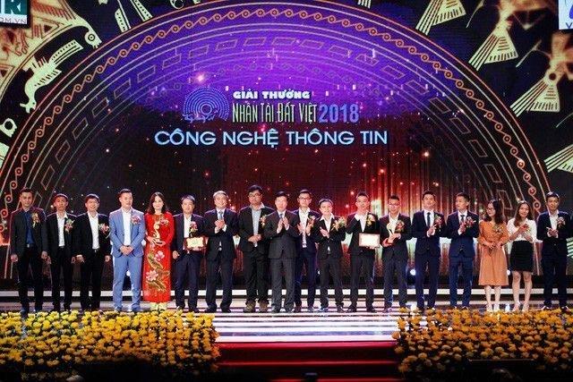 Ông Võ Văn Thưởng - Ủy viên Bộ Chính trị, Bí thư Trung ương Đảng, Trưởng Ban Tuyên giáo Trung ương và ông Trần Mạnh Hùng - Chủ tịch Hội đồng Thành viên Tập đoàn Bưu chính Viễn thông Việt Nam (VNPT) - trao giải Nhì lĩnh vực CNTT.