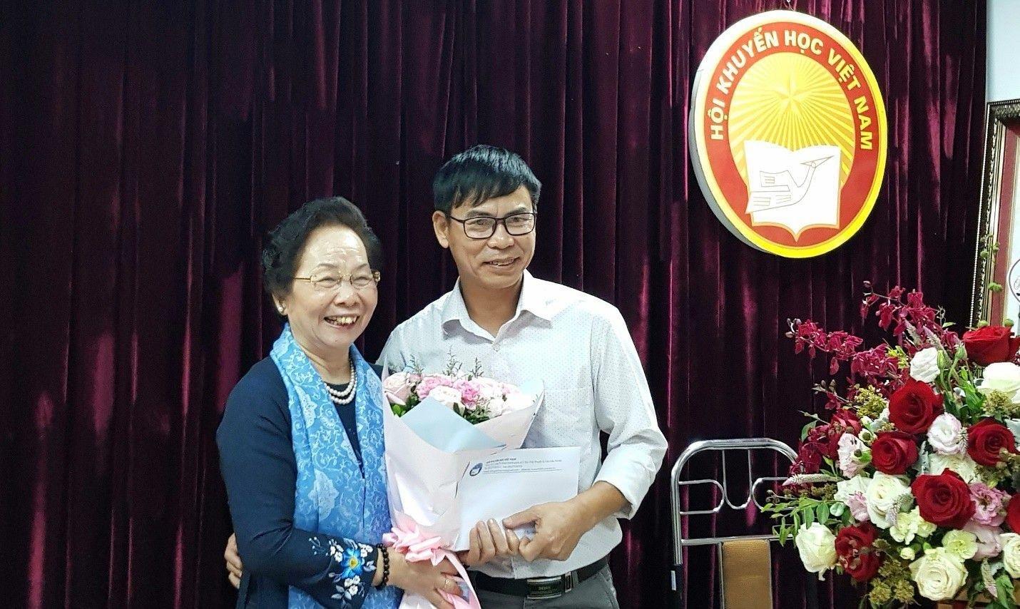 GS.TS Nguyễn Thị Doan, Chủ tịch Hội Khuyến học Việt Nam trao thưởng cho các tác giả đạt giải năm nay.