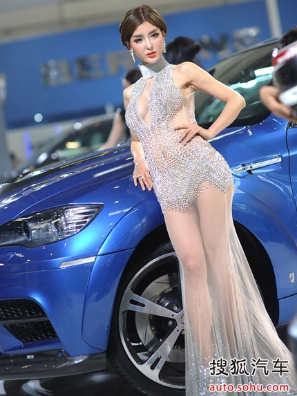 Bắc Kinh phê bình việc người mẫu ôtô ăn mặc hở hang - 2