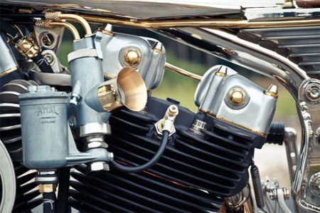 Xe dùng bình xăng con Amal Monoblock và Bosch bộ đánh lửa