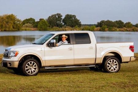 Chiếc xe dùng động cơ V8 5.4L công suất 310 mã lực, nội thất da cao cấp, sức kéo hơn 5 tấn.