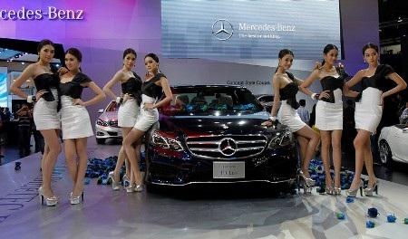 Các người mẫu tạo dáng bên chiếc Mercedes-Benz E-class mới (Ảnh: Reuters)