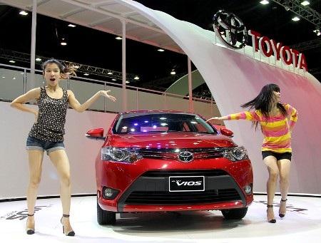 Các vũ công Thái Lan trình diễn bên chiếc Vios thế hệ mới của Toyota (Ảnh: AP)