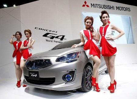 Người đẹp tạo dáng bên xe Mitsubishi G4 Concept (Ảnh: AP)