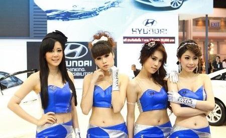 Dàn người mẫu tại gian hàng của Hyundai (Ảnh: CarLifeBlog)