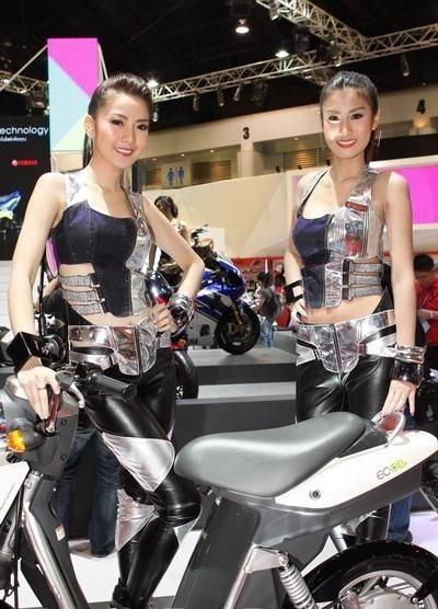 """Người mẫu """"lấn át"""" mẫu xe máy chạy điện nhỏ xinh Yamaha ECO3 (Ảnh: CarLifeBlog)"""