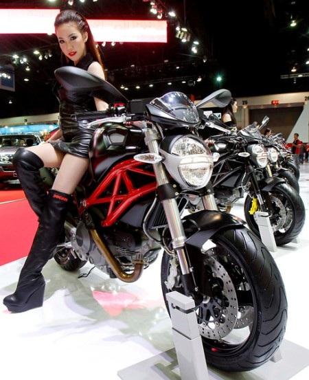 """Người đẹp nóng bỏng bên """"quái thú"""" Ducati Monster 795 ABS (Ảnh: Reuters)"""
