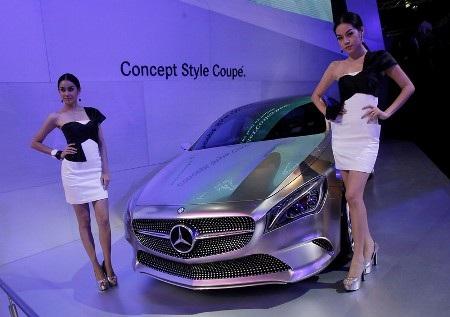 Hai người đẹp tạo dáng bên mẫu Mercedes-Benz Concept Style Coupe (Ảnh: Reuters)