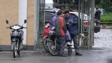 """""""Cò"""" mồi chài khách ngay trước cửa phòng bảo vệ Sở GTVT Hà Nội (số 2 Phùng Hưng, Hà Đông)"""